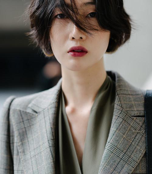 modella coreana castana con giacca quadri