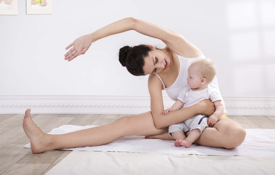 mamma che si allena a casa con figlio