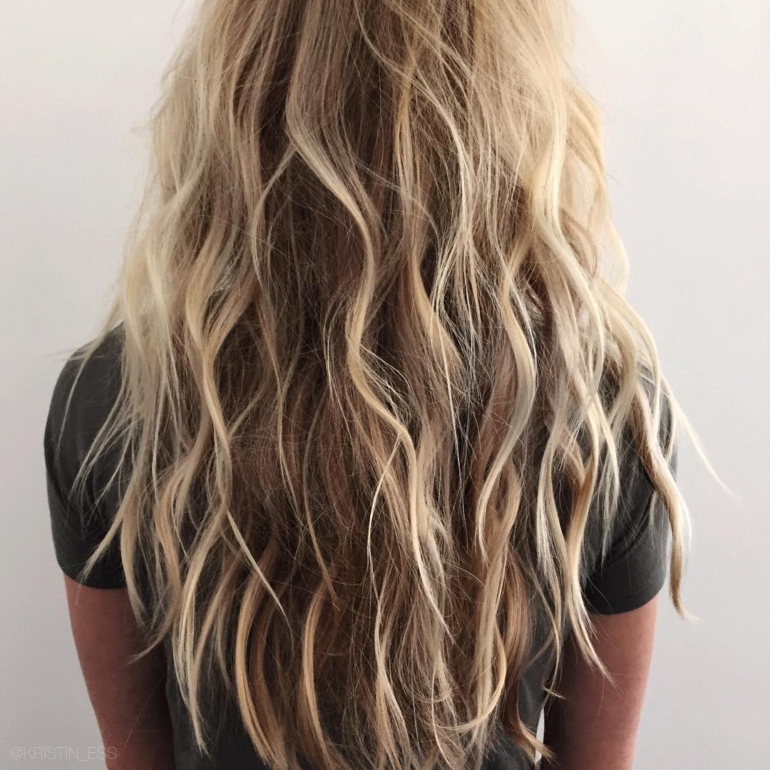 Onde morbide capelli lunghi con piastra