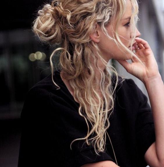 capelli ricci e con stile