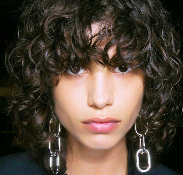 ragazza frangia curly
