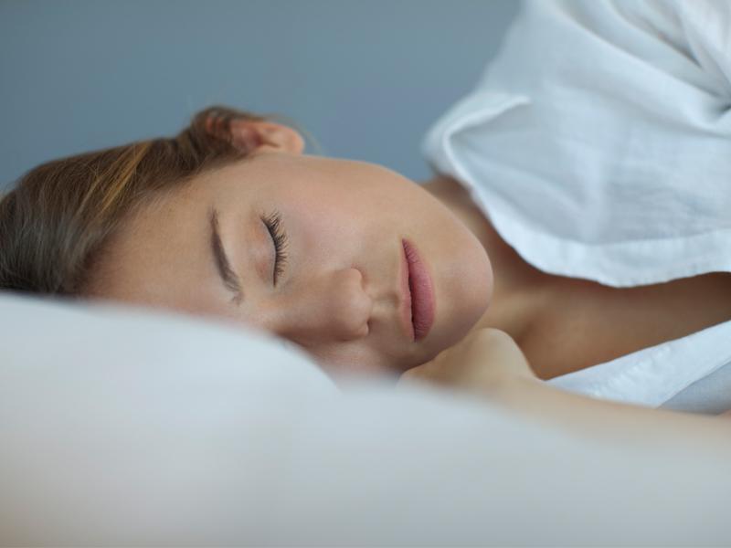 Night routine step by step per dormire meglio - Foto di innamorati a letto ...