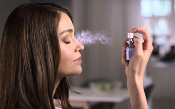 Scelto da Glamour: il collirio spray da portare in vacanza
