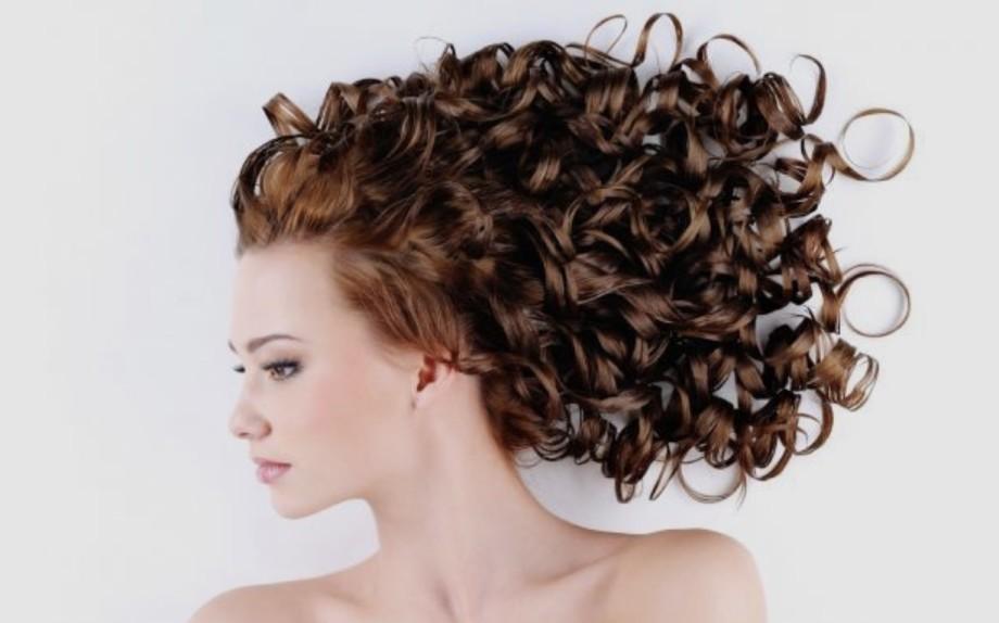 Come asciugare i capelli ricci per farli mossi