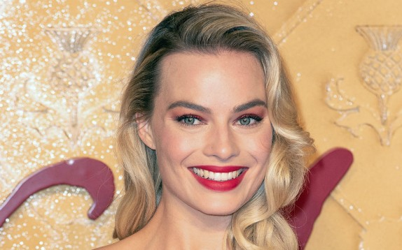 Trucco per le feste: copia il look in rosso di Margot Robbie