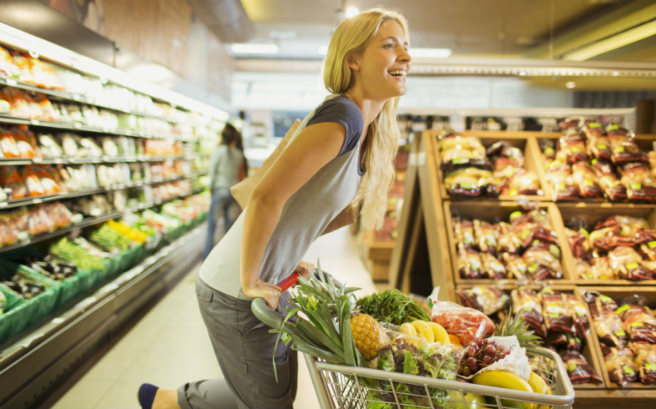 spesa supermercato donna carello
