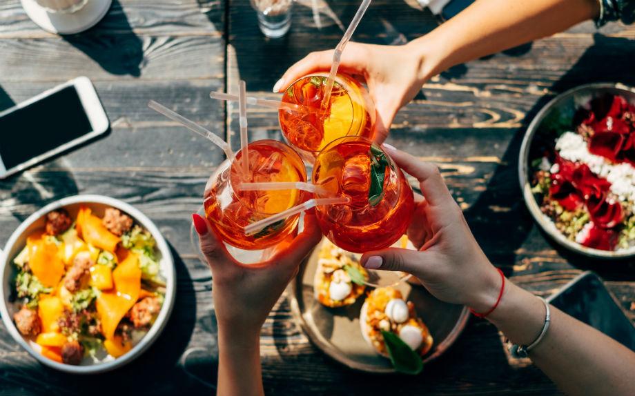 apericena bicchieri piatti cibo