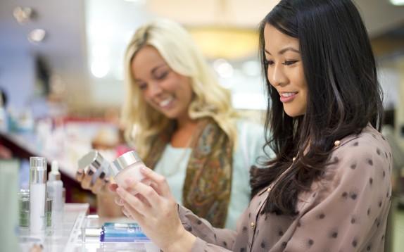 Le italiane che acquistano un cosmetico guardano con attenzione gli ingredienti (sani)