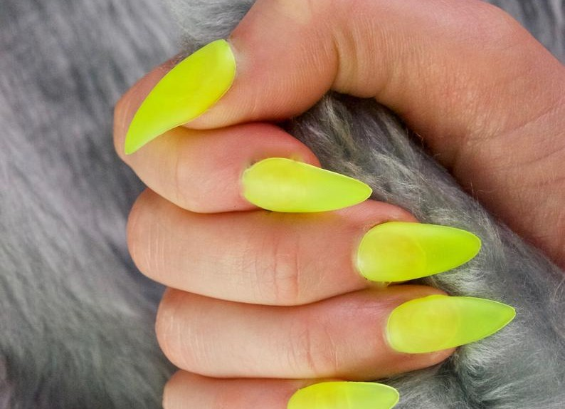 unghie giallo fluo