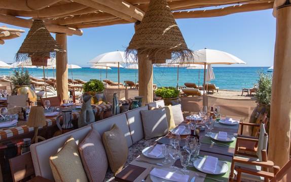 Il ristorante sulla spiaggia più raffinato e rilassante dell'estate è a Saint Tropez