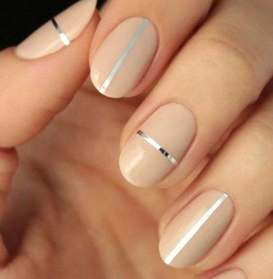 beige-nude-sulle-unghie-con-sottili-strisce-argento