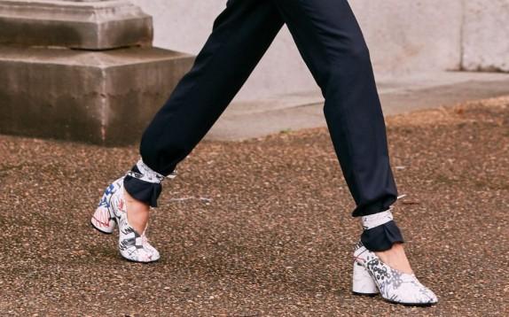La tendenza di scarpe e sandali per l'autunno 2019? Lacci e stringhe salgono fino ai pantaloni
