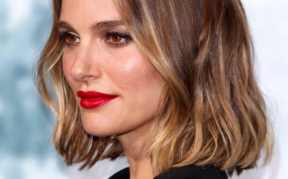 Il colore capelli dell'inverno 2020 è lo Smoky Gold un biondo caldo perfetto per le castane
