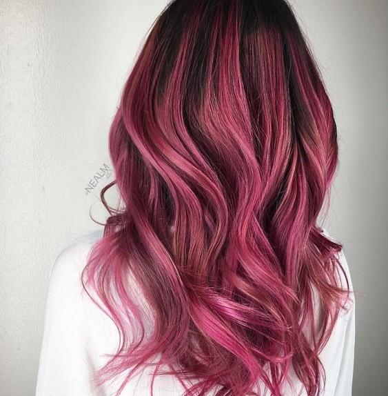 mèches rosa su capelli castani