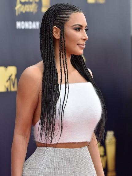Le trecce di Kim Kardashian molto criticate